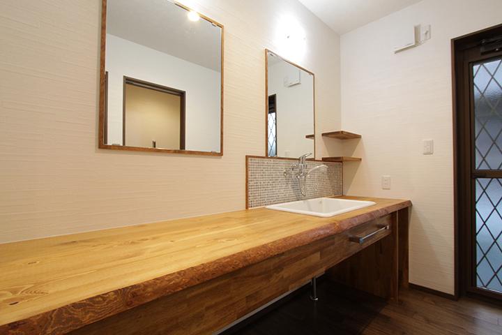 美しく広々と使える洗面所。