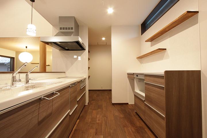 使いやすく収納力もあるキッチン。