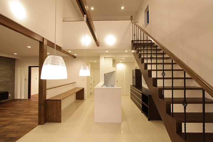 スケルトンのリビング階段。手すりはこだわりのアイアンを採用しています。