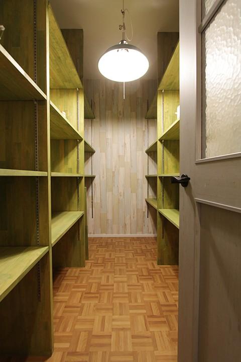 木材の持ち味を活かした収納力抜群のパントリー。部屋奥の壁を明るくすることで狭さを感じさせないつくりになっています。