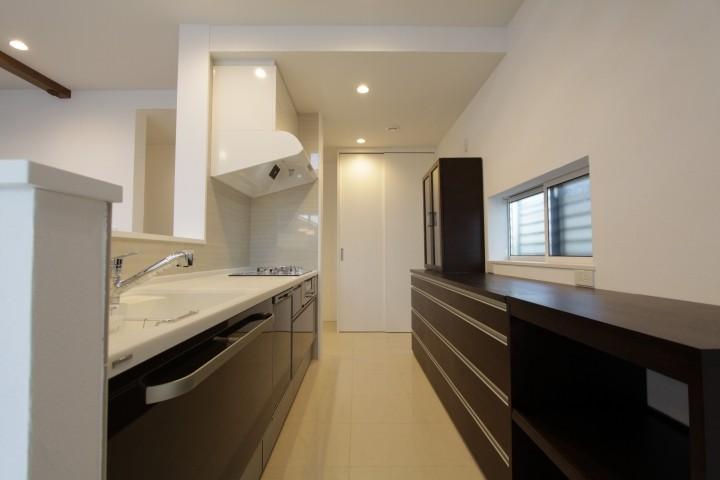 収納力のバツグンのキッチン。天板の色に合わせ換気扇も白で統一。