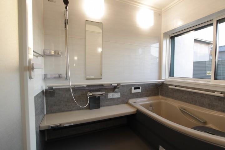シックな色でまとめたバスルーム。洗い場を広くとっています。