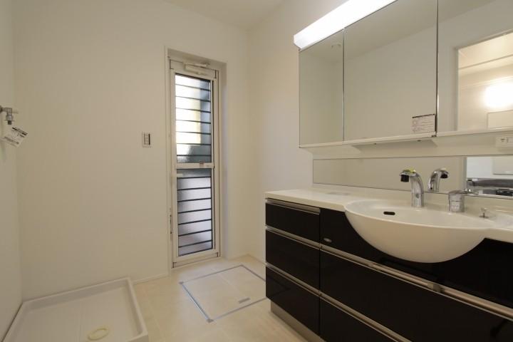 洗面スペースも広めに確保。外へ繋がります。