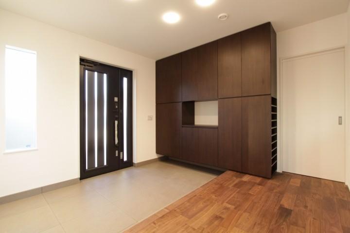 玄関は広めで余裕のある造り。お出かけ前のチェックもバッチリです。