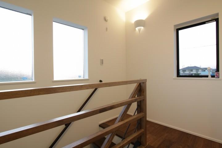 階段スペースは、景色とプライバシーの両方を考えた窓が採用されています。